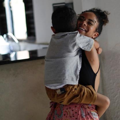 布埃諾抱著她的小表弟一起玩耍,這是她下了舞台後最放鬆的一面。